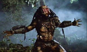 The predator is tired of being invisible and removes his helmet.